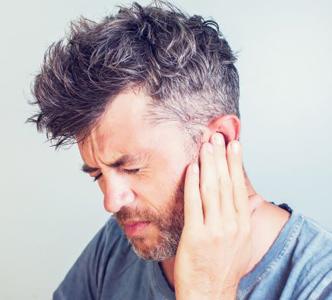 Co jest przyczyną obecności płynu w uchu?