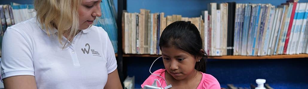 Marlene Nospickel beim Hörtest mit einem Kind
