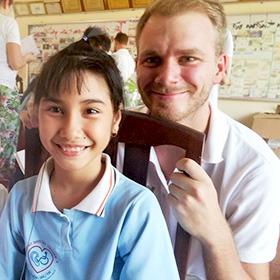 Lars mit einem kleinen Mädchen