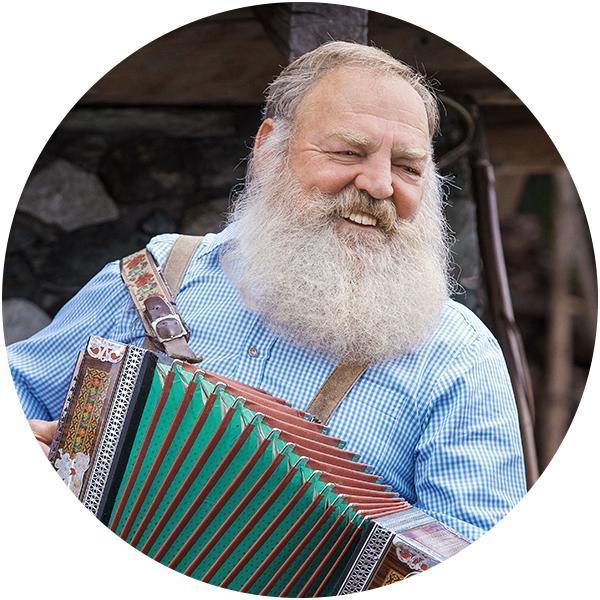 Mann spielt Ziharmonika