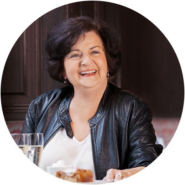 Frau sitzt in Cafe