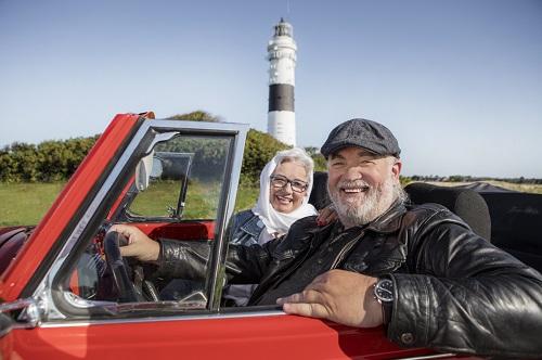 Mann und Frau im roten Cabrio