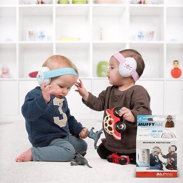 Twee baby's met gehoorbescherming