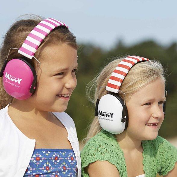 Twee kinderen met gehoorbescherming op